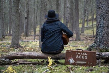 guitar-in-the-woods